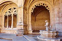 Portugal, Lisbonne, mosteiro dos Jeronimos ou monastere des Hieronymites, classé Patrimoine Mondial de l'UNESCO, la fontaine du lion dans le cloître // Portugal, Lisbon, mosteiro dos Jeronimos, Jeronimos monastery, UNESCO world heritage, the Lion fontain in the cloister