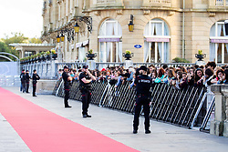 September 24, 2018 - San Sebastian, Spain - People await the arrival of Ryan Gosling and Claire Foy during the 'First Man' Red Carpet during the 66th San Sebastian International Film Festival on September 24, 2018 in San Sebastian, Spain. (Credit Image: © Manuel Romano/NurPhoto/ZUMA Press)