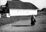 Kosovo - Gjakovë, Novembre 2000. Scritta su un muro inneggiante al il leader del PDK Hasim Taqhi.