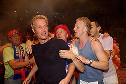 02-06-2003 NED: Huldiging bekerwinnaar FC Utrecht, Utrecht<br /> De spelers en de technische staf kregen een rondrit door de stad in een open Engelse dubbeldekker. Om 20.30 uur keert de stoet terug in Galgenwaard en zal in het stadion de officiële huldiging plaatsvinden / Harold Wapenaar, Dirk Kuyt