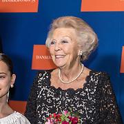 NLD/Amsterdam/20191114 - Prinses Beatrix en Prinses Margriet bij jubileum Dansersfonds, Emma Becker reikt bloemen uit aan Prinses Beatrix