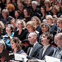 Nederland, Amsterdam, 9 april 2017.<br />In drie bussen reizen 160 Limburgse (amateur)koorleden mee met een bijzondere uitvoering van de Matth&auml;us Passion in het Concertgebouw waar ze in de grote zaal met in totaal 500 mensen het beroemde werk uitvoeren. Een kijkje achter de schermen.<br />Op de foto: Limburgse en Amsterdamse amateur koorleden oefenen nog even voor aanvang van het concert in de Grote Zaal van het concertgebouw.<br /><br /><br />Foto: Jean-Pierre Jans