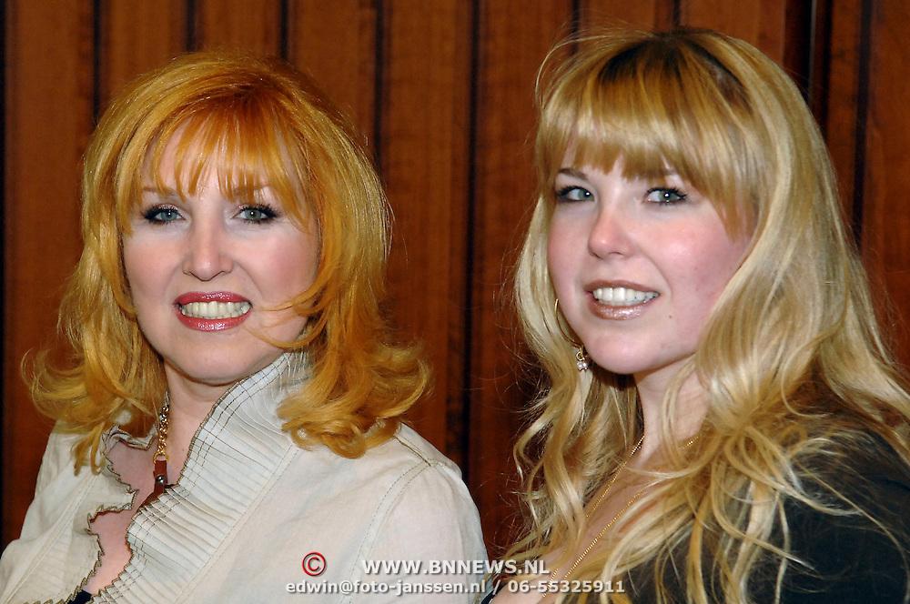 NLD/Amsterdam/20060312 - Modeshow Paul Schulten 2006, Yvonne Keeley - Paay en dochter Roxy
