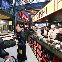 Nederland, Amsterdam , 26 november 2014.<br /> Opening Foodmarkt van Jumbo in amsterdam Noord.<br /> Op 26 november gaat de grootste Jumbo van Amsterdam open. Niet alleen de omvang van de winkel (waarschijnlijk zo&rsquo;n 2600 m2 ), ook de locatie is speciaal. De enorme foodmarkt zit in een oude loods op het voormalige Storkterrein, een van de meest creatieve plekken van Amsterdam. Hoe groot de foodmarkt precies is, hoe hij eruit gaat zien en wat er te beleven is, houden ze bij Jumbo nog geheim.Wel is duidelijk dat er vanaf woensdag in deze industri&euml;le loods zal worden gekokkereld in meerdere foodmarktkeukens &lsquo;door koks en andere vakspecialisten&rsquo;.&nbsp;En dat de producten van Jumbo gezond, lekker&nbsp;en betaalbaar zijn, aldus Jumbo.<br /> Foto:Jean-Pierre Jans