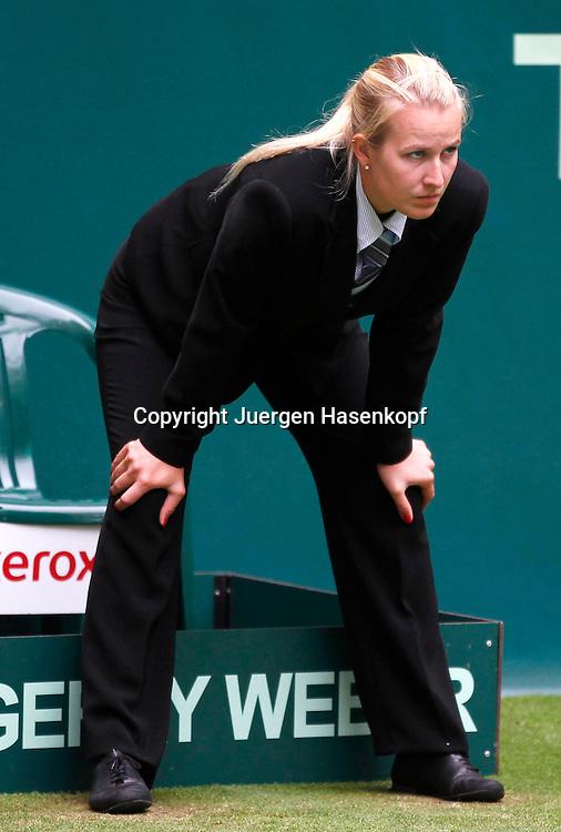 Gerry Weber Open 2012, ATP World Tour, Rasentennis Turnier, International Series,Gerry Weber Stadion, Grasplatz, Halle/Westfalen,Linienrichterin.Miriam Bley (GER) schaut konzentriert auf die Linie,Konzentration,official,.Einzelbild,Ganzkoerper,Hochformat,
