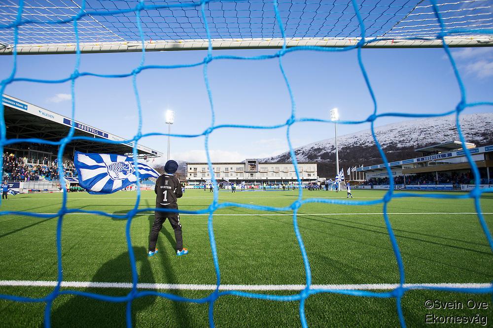 1. divisjon fotball 2015: Hødd - Fredrikstad. Supportere flagger før førstedivisjonskampen mellom Hødd og Fredrikstad på nye Høddvoll.