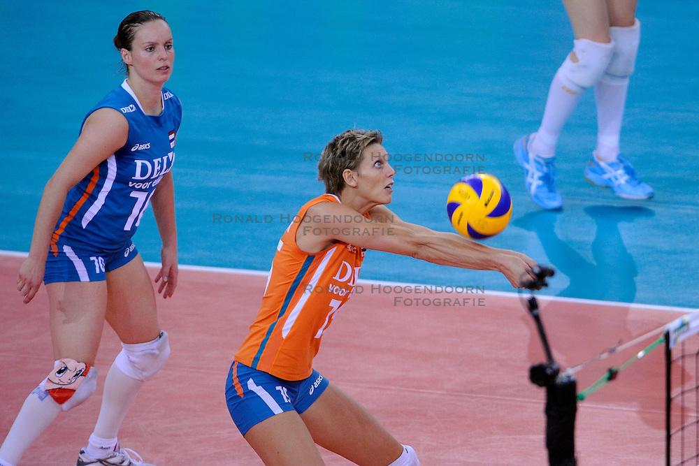 30-09-2009 VOLLEYBAL: EUROPEES KAMPIOENSCHAP NEDERLAND - BELGIE: LODZ<br /> Nederland is groepswinnaar en wint opnieuw. Belgie wordt met 3-0 verslagen / Janneke van Tienen en  Ingrid Visser<br /> &copy;2009-WWW.FOTOHOOGENDOORN.NL