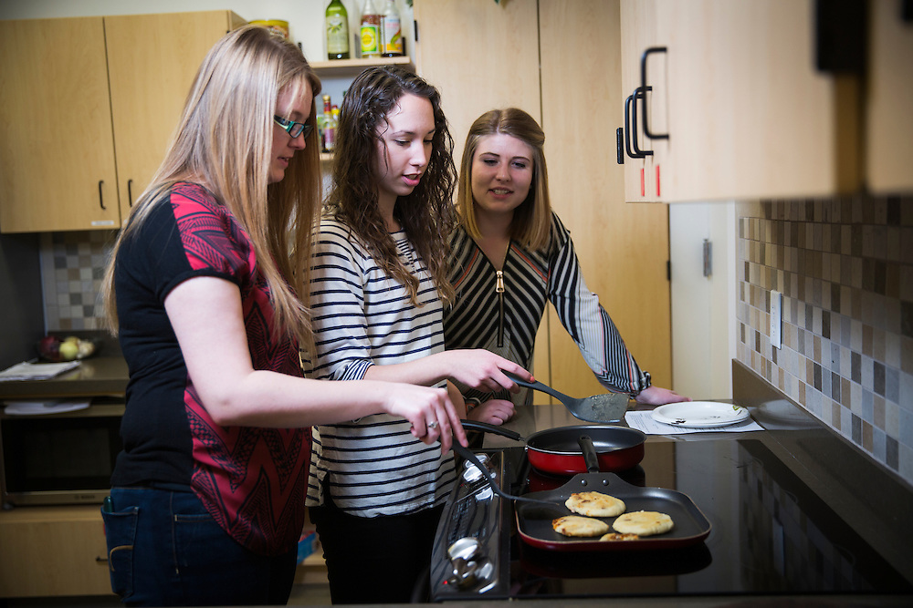 (Model released)-University of Utah Marketing lifestyle photos, food class, on the campus of The University of Utah in Salt Lake City, Utah Friday Feb. 26, 2016. (August Miller)