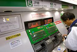 Passageiro compra ticket na Shibuya Station, estação da linha do metrô de Tókio. FOTO: Jefferson Bernardes/Preview.com
