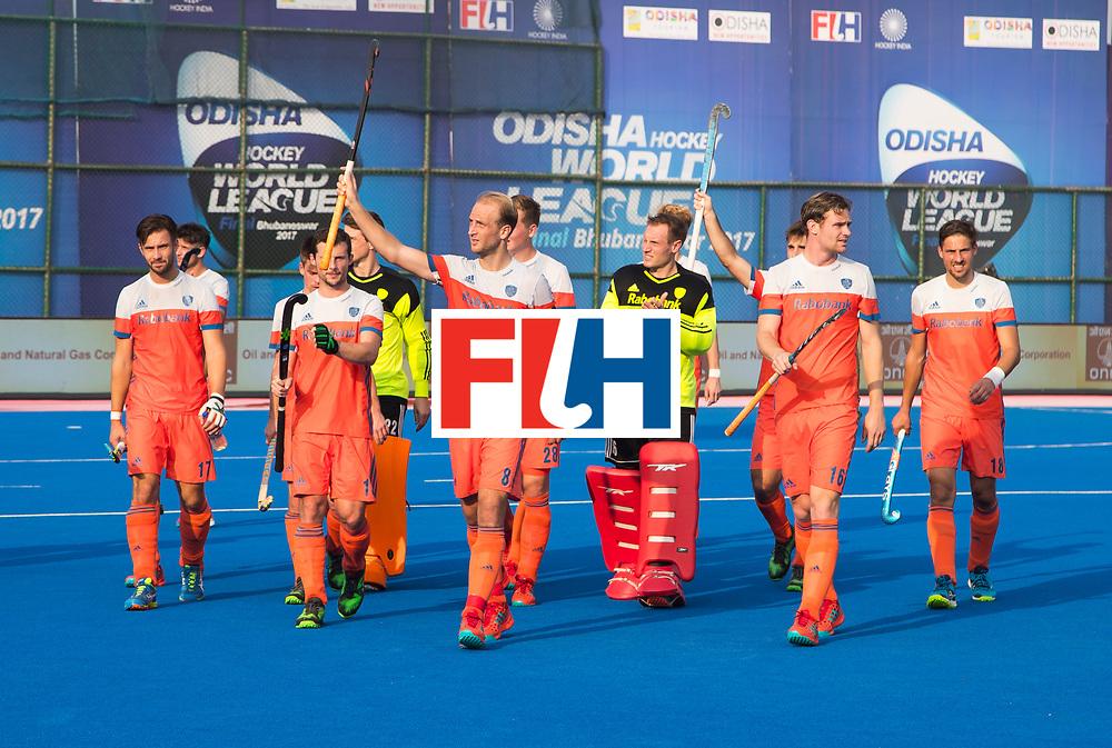 BHUBANESWAR - Het Nederlands team bedankt het publiek na  de Hockey World League Final wedstrijd Nederland-Spanje (2-3). In het midden Billy Bakker (Ned)  . COPYRIGHT  KOEN SUYK