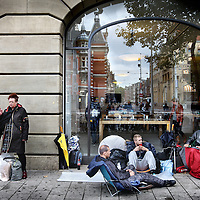 Nederland, Amsterdam , 24 september 2014.<br /> De eerste 3 IPhone6 fans wachten al zittend en slapend op de levering van de nieuwste Iphone op de stoep van de IPhone store bij het Leidseplein.<br /> v.l.n.r.George van Hassel, Danny Rockx en Tristan.<br /> Fans bivouac on the doorstep of the Apple store waiting for the iPhone 6.