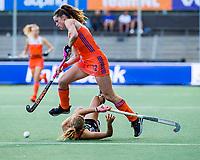 AMSTELVEEN - Lidewij Welten (Ned) passeert Kira Horn (Ger)   tijdens de halve finale  Nederland-Duitsland (2-1) van de Pro League hockeywedstrijd dames. COPYRIGHT KOEN SUYK