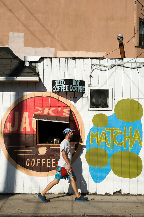 Jack's Coffee, 95-19 Rockaway Beach Boulevard..Rockaway Beach, Queens, New York, USA..Rockaway is making a comeback for New Yorkers who share the endless beach with the locals on weekends. Rockaway Beach is  also one of the favorite spots for surfers on the East Coast, a stretch of the beach is reserved exclusively for them. ..Deutsch: ..Jack's Coffee, 95-19 Rockaway Beach Boulevard..Rockaway Beach, Queens, New York, USA, Nordamerika..Rockaway erlebt eine Renaissance. Urlaubsreife New Yorker teilen sich an den Sommerwochenenden den endlosen Strand mit den Einwohnern der Halbinsel im Stadtteil Queens. Auch die Surfer zieht es hierher, es ist mittlerweile einer der beliebtesten Surfstraende der Ostkueste und die Stadt hat eigens einen Abschnitt nur fuer Surfer reserviert. Die meisten Straende sind mit der Ubahn erreichbar, auch eine neue Faehre verbindet Manhattan mit Rockaway's Jacob Riis Park in 75 Minuten.
