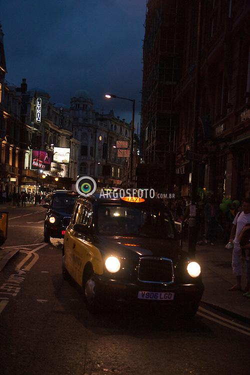 Taxi ingles no trafego londrino na Inglaterra. / British taxi around the london traffic in England.