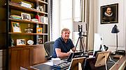 Den Haag, 20 april 2020 - Koning Willem-Alexander belt tijdens de coronacrisis vanuit zijn kantoor in Huis ten Bosch. <br /> <br /> The Hague, April 20, 2020 - King Willem-Alexander calls from his office in Huis ten Bosch during the corona crisis.