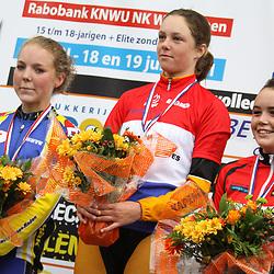Podium Nederlands Kampioenschap Nieuweling meisjes. Kampioen Melisse Steenhof (Ureterp), tweede Willeke de Jong (Ubbena) en derde Daphne Hommes (Dedemsvaart)