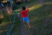Inhauma_MG, Brasil...Crianca correndo em um sitio em Inhauma, Minas Gerais...A child running in rural area in Inhauma, Minas Gerais...Foto: LEO DRUMOND /  NITRO
