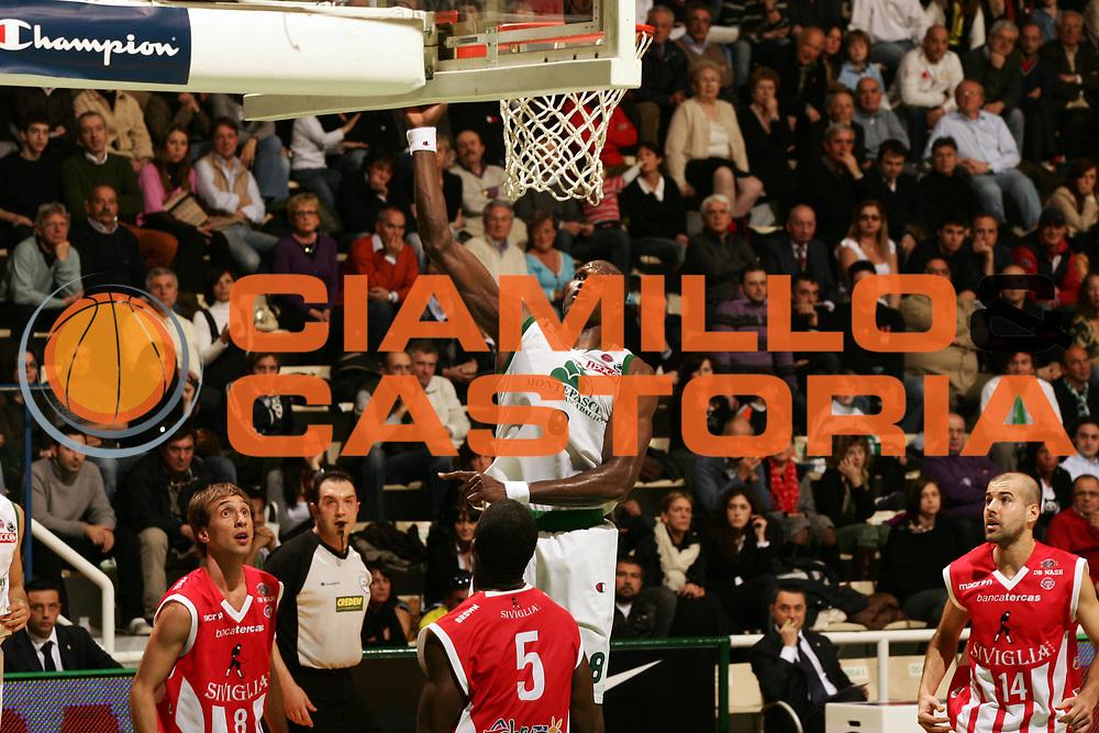 DESCRIZIONE : Siena Lega A1 2007-08 Montepaschi Siena Siviglia Wear Teramo <br /> GIOCATORE : Benjamin Eze <br /> SQUADRA : Montepaschi Siena <br /> EVENTO : Campionato Lega A1 2007-2008 <br /> GARA : Montepaschi Siena Siviglia Wear Teramo <br /> DATA : 13/04/2008 <br /> CATEGORIA : Tiro Champion <br /> SPORT : Pallacanestro <br /> AUTORE : Agenzia Ciamillo-Castoria/P.Lazzeroni <br /> Galleria : Lega Basket A1 2007-2008 <br /> Fotonotizia : Siena Campionato Italiano Lega A1 2007-2008 Montepaschi Siena Siviglia Wear Teramo <br /> Predefinita : si