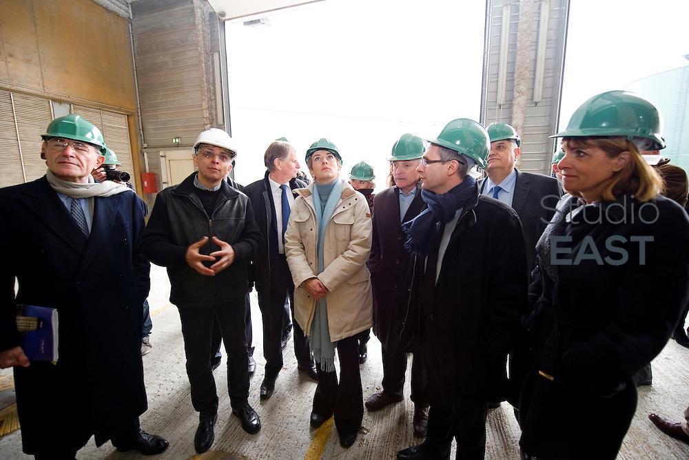 Mme Delphine Batho (centre, parka blanche), ministre de l'environnement et de l'énergie, accompagnée de Gérard Mestrallet (gauche) et Anne Lauvergeon (droite), visite la chaufferie biomasse de Stains en Seine-Saint-Denis, près de Paris, France, le 30 mars 2013. Photo : Lucas Schifres