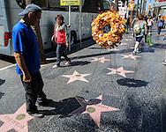 4月19日,在美国洛杉矶,游客从一个放置在好莱坞星光大道桃丽丝&middot;罗伯茨星旁的花环走过。 著名电视剧演员桃丽丝&middot;罗伯茨于当地时间周日去世,离世原因是在睡梦中的自然死亡,享年90岁。桃丽丝&middot;罗伯茨曾在经典情景喜剧《人人都爱雷蒙德》中饰演雷蒙德的母亲一角。新华社发 (赵汉荣摄)<br /> Tourists walk past a memorial wreath left on Doris Roberts's star on the Hollywood Walk of Fame in Los Angeles on Tuesday April 19, 2016. Roberts, the five-time Emmy winner best known for playing Ray Romano's overbearing mother on the comedy hit ``Everybody Loves Raymond,&rsquo;&rsquo; died peacefully in her sleep of natural causes in Los Angeles, the United States on Sunday, according to her family. She was 90. (Xinhua/Zhao Hanrong)(Photo by Ringo Chiu/PHOTOFORMULA.com)<br /> <br /> Usage Notes: This content is intended for editorial use only. For other uses, additional clearances may be required.