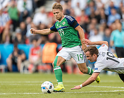 21.06.2016, Parc de Princes, Paris, FRA, UEFA Euro 2016, Nordirland vs Deutschland, Gruppe C, im Bild Jamie Ward (NIR), Mario Goetze (GER) // Jamie Ward (NIR) Mario Goetze (GER) during Group C match between Nothern Ireland and Germany of the UEFA EURO 2016 France at the Parc de Princes in Paris, France on 2016/06/21. EXPA Pictures © 2016, PhotoCredit: EXPA/ JFK