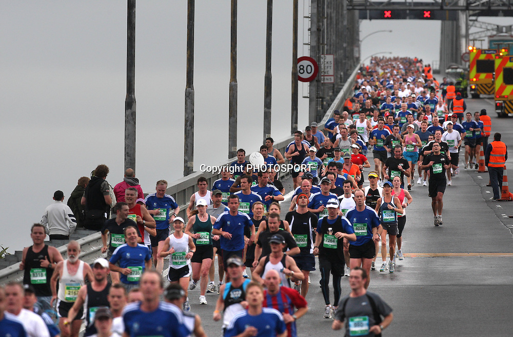 The runners come over the Auckland Harbour Bridge, Auckland Marathon, Auckland, New Zealand, Sunday 28 October 2007, Photo : Chris Skelton/PHOTOSPORT