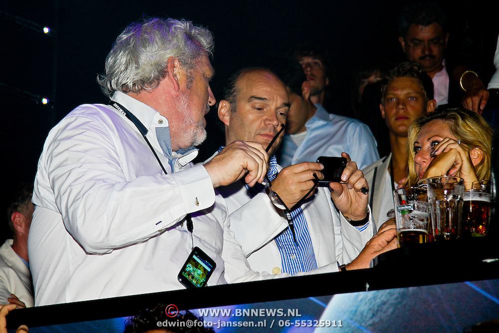 NLD/Amsterdam/20100701 - Presentatie nieuwe Samsung telefoon Galaxy S, Ernst Daniel Smit en Jan Henny Holvast bekijken samen de telefoon