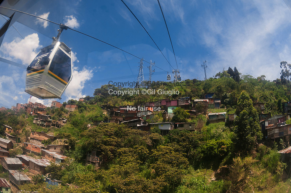 Colombie, région Antioquia, ville Medellin, Metrocable entre le centre-ville et le quartier Sa-Javier, Comuna 13 // Colombia, Antioquia region, Medellin city, Metrocable between downtown and San Javier neighbourhood, Comuna 13 district