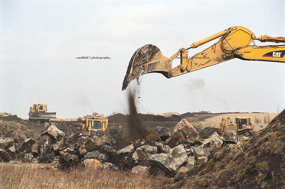 Bagger und Planiertraupen fressen sich nahe der suedgeorgischen Stadt Tsalka durch die Landschaft. Sie bereiten den Boden vor, in den die neue BTC Oelpipeline verlegt werden soll...Contruction site of BTC pipeline in Tsalka, Georgia.