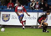 Fotball, 25. september 2005, Tippeligaen, Lyn - Brann 1-0<br /> Chinedu Ogbasi Ogbuke Lyn lurer Paul Scharner , Brann