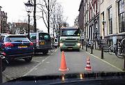 Nederland, Amsterdam, 19-2-2014Een vrachtwagen van een containerbedrijf moet een vuilcontainer wisselen aan de Keizersgracht. Het duurt even vanwege de krappe ruimte om de manoeuvre te kunnen uitvoeren. De vakkundige chauffeur weet het werk zonder schade te klaren.Foto: Flip Franssen/Hollandse Hoogte