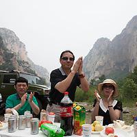 BEIJING, JUNE 24, 2013 :  Mitglieder von Li Xiaohua's Elite Club beklatschen sich gegenseitig waehrend eines Picknicks in Peking's Natur Reservoir Miyun vor. Li gruendete den Club vor einem Jahr . Mitglieder koennen nur per Einladung beitreten und muessen ein gewisses Einkommen nachweisen koennen.