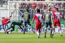 24-09-2017 NED: FC Utrecht - PSV, Utrecht<br /> Nicolas Isimat-Mirin #2 of PSV zet het blok op Cyriel Dessers #11 of FC Utrecht