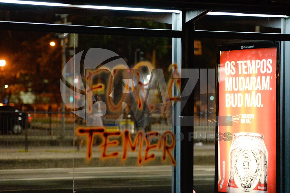 RIO DE JANEIRO, RJ, 30.06.2017 - MANIFESTAÇÃO-RJ - Manifestantes em atividades ligadas a Greve Geral fazem ato na Cinelândia no Centro do Rio de Janeiro, nesta sexta-feira, 30. (Foto: Clever Felix/Brazil Photo Press)