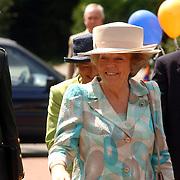 NLD/Huizen/20050601 - Koninging Beatrix verricht de officiële opening nieuwe schoolgebouw Visio Huizen
