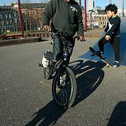 Nederland Rotterdam 7 maart 20110 20110307 Achterstandswijk Katendrecht. Skateplein in de wijk, kinderen spelen. Deelgemeente Feijenoord,.Oud Zuid, omvat 4 probleemwijken die waarvan 1 Katendrecht. , recreeren, relaxatie, schans, schansen, skateplein, skatepleintje, speel plek lokatie, speellokatie, speelplaats, speelplein, speelpleintje, speelplek, speelplekken, speelruimte, speelse, speelveld, speelveldje, spelen, spelende, spelenderwijs, stadsdeel, stadse, stadswijk, stedelijke, straatbeeld, straatgezicht, street scenery, streetscene, ventje, ventjes, vitaal, vitale, vitaliteit, vogelaarbuurt, vogelaarbuurten, vogelaarwijk, vogelaarwijken, voorziening, voorzieningen, vrije tijd, westerse allochtonen, westerse allochtoon, wijk, zichzelf vermaken, zonnig weer, zonnige dag Foto: David Rozing