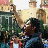 Toluca, Mex.- Estudiantes de la Universidad marchan y se manifiestan frente al palacio de gobierno, en conmemoracion de la matanza del 2 de Octubre de 1968 en la plaza de las 3 culturas de Tlaltelolco. Agencia MVT / Carlos Tischler. (DIGITAL)<br /> <br /> <br /> <br /> <br /> <br /> <br /> <br /> NO ARCHIVAR - NO ARCHIVE