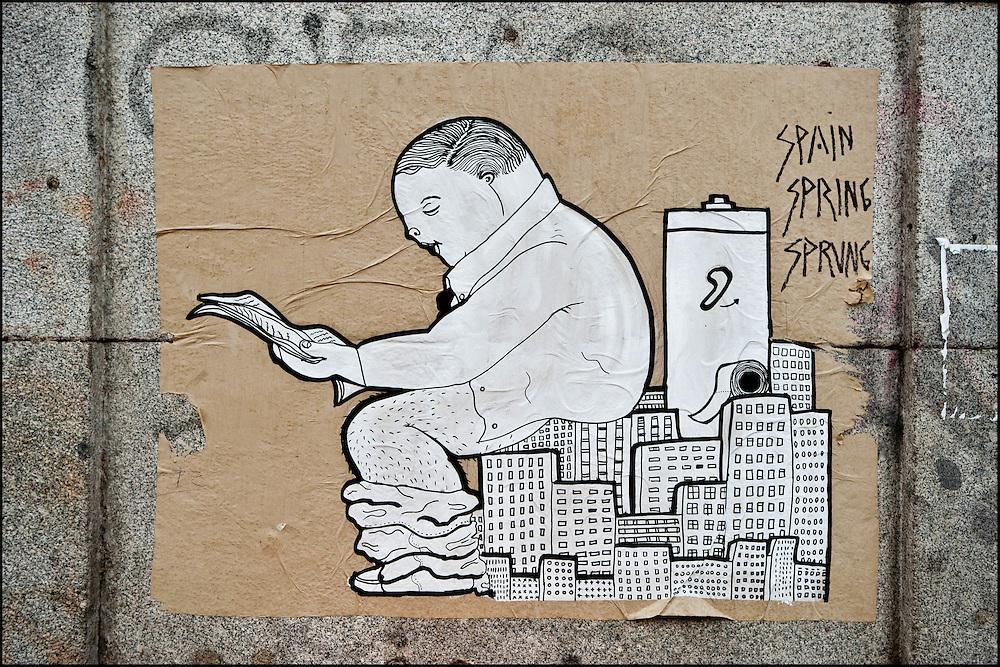 """Une affiche aux abords du campement place Puerta Del Sol// Le mouvement spontane du """"15 M"""" (15 mai) compose de citoyens espagnols campe depuis 2 semaines sur la place Puerta Del Sol avec pour revendication la construction d'une democratie nouvelle. Organise en commission les citoyens prennent la parole lors d'assemblee ouverte a tous - Place Puerta Del Sol à Madrid le Juin 2011. ©Benjamin Girette/IP3Press"""