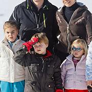AUD/Lech/20110219 - Fotosessie Nederlandse Koninklijke Familie 2011 op wintersport in Lech, Constantijn met Laurentien en kinderen Eloise, Claus-Casimier, Leonore