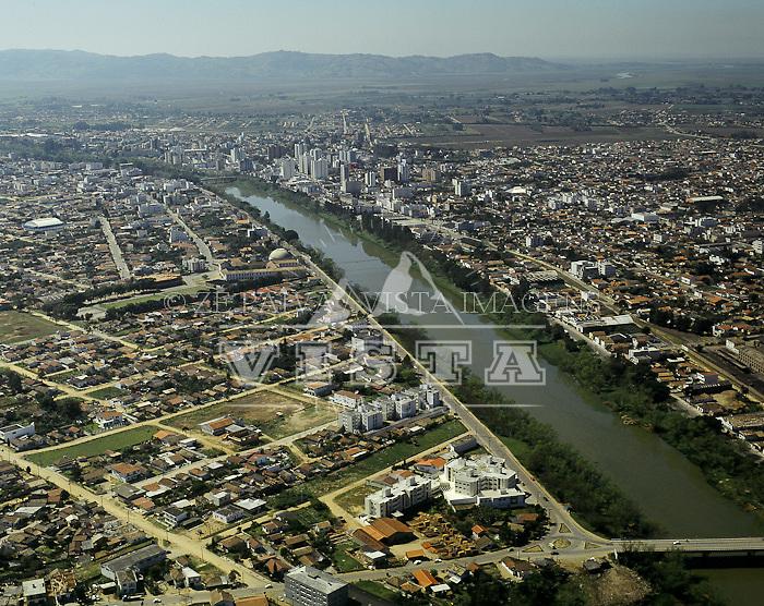 Vista aerea do Rio Tubarao, em Tubarao, sul de Santa Catarina, Brasil. Foto de Ze Paiva/Vista Imagens