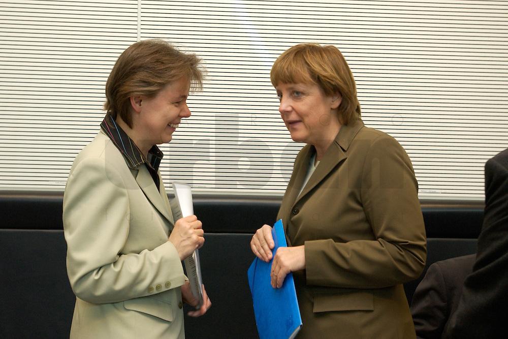 27 APR 2004, BERLIN/GERMANY:<br /> Beate Baumann (L), Bueroleiterin von Angela Merkel, und Angela Merkel (R), CDU Bundesvorsitzende, im Gespraech, vor Beginn der CDU/CSU Fraktionssitzung, Deutscher Bundestag<br /> IMAGE: 20040427-03-001<br /> KEYWORDS: Sitzung, B&uuml;roleiterin, pers&ouml;nliche Referentin, persoenliche Referentin