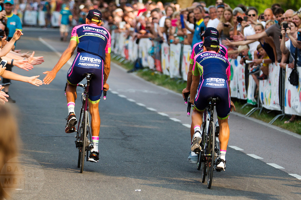 Het Italiaanse team Lampre passeert de wielerliefhebbers. In Utrecht vindt met de presentatie van de renners het eerste officiële deel plaats van de Grand Depart. Op 4 juli start de Tour de France in Utrecht met een tijdrit. De dag daarna vertrekken de wielrenners vanuit de Domstad richting Zeeland. Het is voor het eerst dat de Tour in Utrecht start.<br /> <br /> The Italian team Lampre passes the fans. In Utrecht the riders present themselves as the first official moment of the Grand Depart . On July 4 the Tour de France starts in Utrecht with a time trial. The next day the riders depart from the cathedral city direction Zealand. It is the first time that the Tour starts in Utrecht.