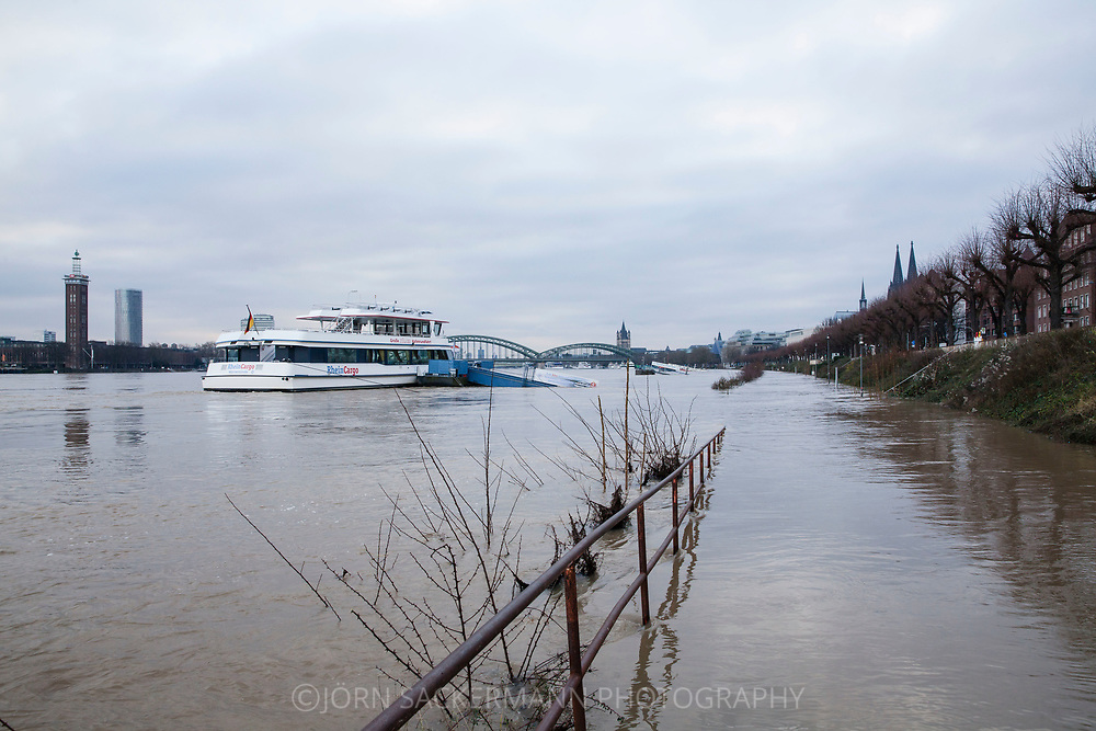 Cologne, Germany, 8. January 2018, flood of the river Rhine, on the right the cathedral, on the left the district Deutz.<br /> <br /> K&ouml;ln, Deutschland, 8. Januar 2018, Hochwasser des Rheins, rechts der Dom, links der Stadtteil Deutz.