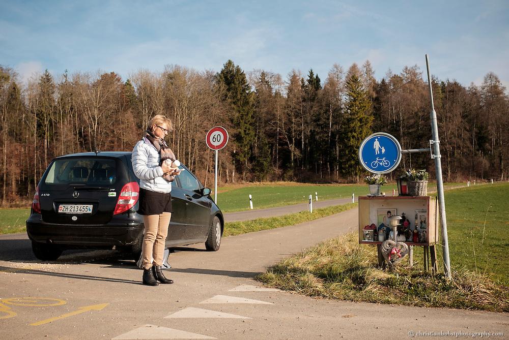 Regelmässig zündet Nicole Ferrera beim Gedenkaltar an der Unfallstelle ihrer Tochter an der Gerlisbergstrasse einige Kerzen an. Der Ort ist nur einige hundert Meter von ihrem Zuhause entfernt.