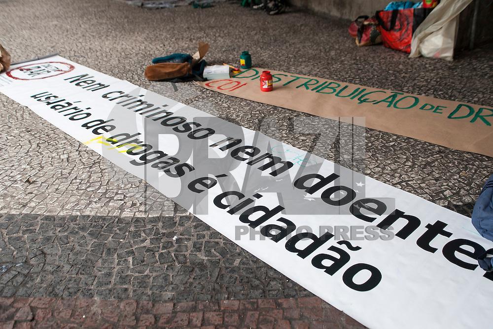 """SAO PAULO, SP, 02 ABRIL 2013 - """"DISTRIBUIÇÃO DE DROGAS EM SÃO PAULO"""" - O coletivo Marcha da Maconha SP, que organiza a marcha anual em protesto contra a proibição e pela regulamentação da droga durante ato simbólico de """"distribuição de drogas"""" contra o projeto de lei que pretende promover mudanças na Lei nº 11.343/2006, que institui o Sistema Nacional de Política Sobre Drogas (Sisnad), no Viaduto do Chá região central da capital paulista, nesta terça-feira, 02.FOTO: POLINE LYS - BRAZIL PHOTO PRESS."""