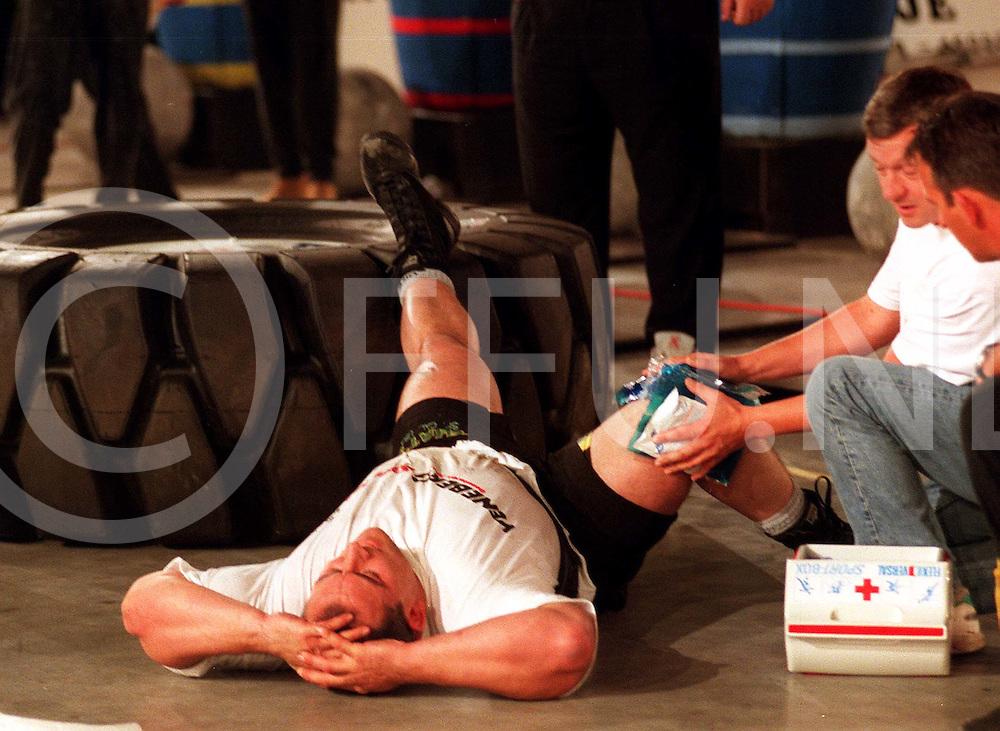 070597 hardenberg ned.sterkste man van europa verkiezing.gary taylor (sterkste man in 1993 van de wereld) uit Wales maar woonachtig in London kreeg tijdens de wheel flip het 400 kg zware wiel overzich heen moest met zware verwondingen aan het rechterbeen naar het ziekenhuis..fotografie frank uijlenbroek©/frank uijlenbroek