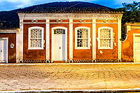 Casa colonial no centro histórico do Ribeirão da Ilha ao anoitecer. Florianópolis, Santa Catarina, Brasil. / Colonial architecture house in the historic center of Ribeirao da Ilha at dusk. Florianopolis, Santa Catarina, Brazil.