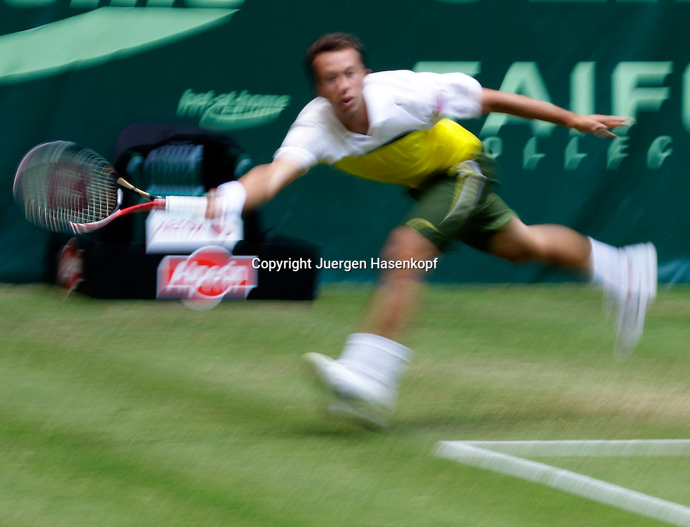 Gerry Weber Open 2011, ATP World Tour, Rasentennis Turnier, International Series,Gerry Weber Stadion, Grasplatz, Halle/Westfalen,.Philipp Kohlschreibe(GER),Einzelbild,Aktion,Ganzkoerper,Querformat,.Mitzieher,Bewegungsunschaerfe,.