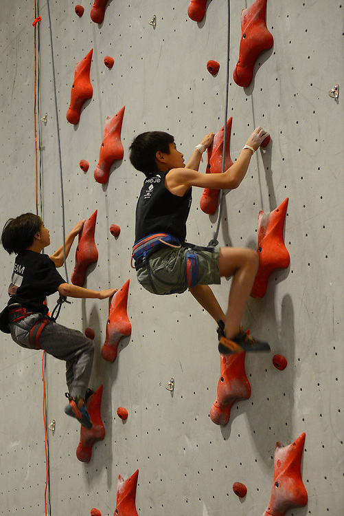 apl061817f/SPORTS /pierre-louis/JOURNAL 061817<br /> Aami Agado,, 10,of Grapevine , Texas ,  left races Albuquerque's Joshua Rexroad,, 11, during the District Competing Speed Climbing held at Stone Age Climbing Gym   .Photographed  on Sunday June  18,  2017. .Adolphe Pierre-Louis/JOURNAL