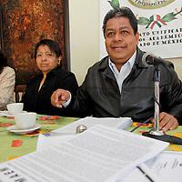 TOLUCA, México.- Luis Zamora Calzada, secretario general del Sindicato de Maestros y Académicos del Estado de México (SUMAEM), en conferencia de prensa informó que el Tribunal Estatal de Conciliación y Arbitraje les negó la toma de nota, y sigue sin reconocerse al SUMAEM como sindicato,  desacatando el resolutivo del juzgado cuarto de distrito con residencia en Zacatecas. Agencia MVT / Crisanta Espinosa. (DIGITAL)